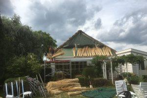 Rietdekkersbedrijf Scholman aan werk aan een vernieuwd dakdeel